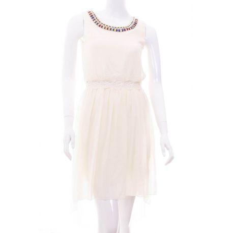 Nyakánál gyöngyös láncos, derekán hímzett női ruha (Q878)
