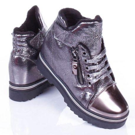 Bélelt, fényes anyagú, szegecses nyelvű, vastag talpú cipő (WWW-18)